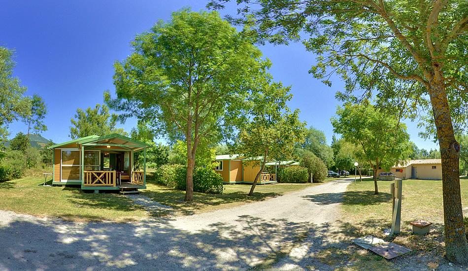 Vue panoramique des locatifs au Camping des Rosières